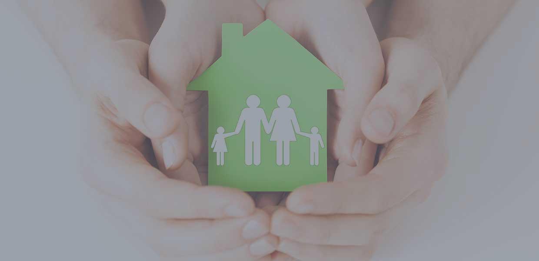 Mani che afferrano una casa in senso protezione